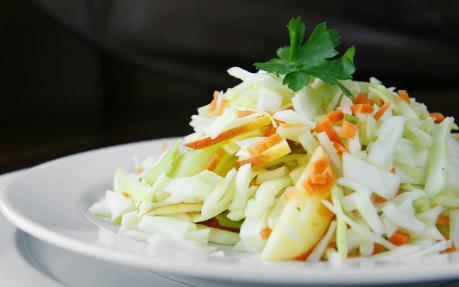 Recept na zelný salát s jablky.